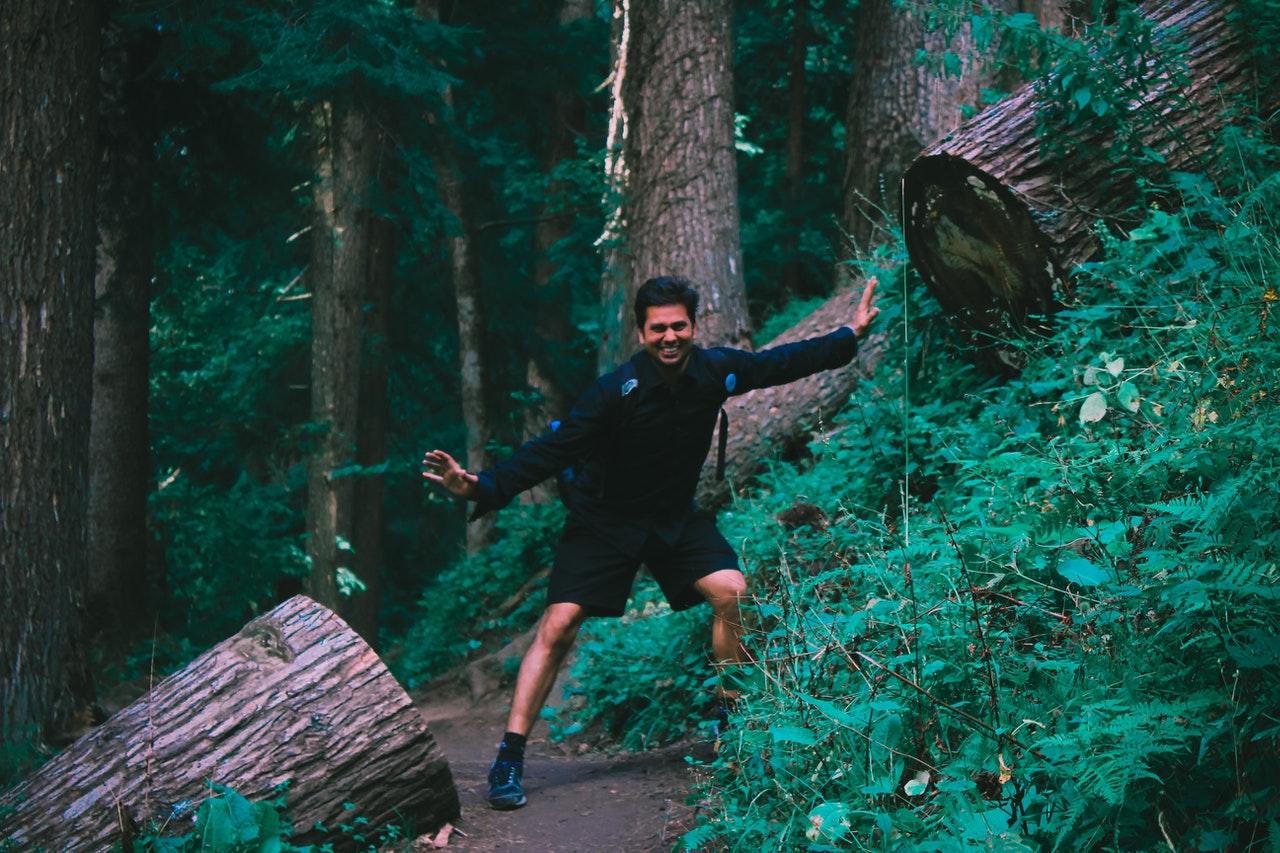 chico en bosque