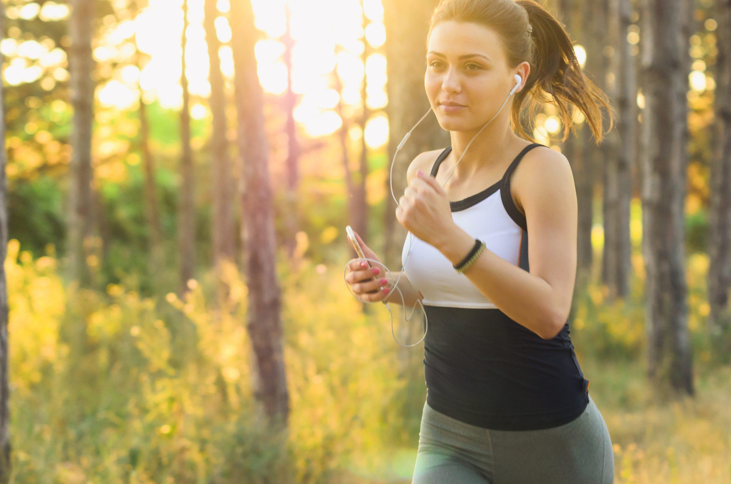 Mujer corriendo al aire libre con audifonos
