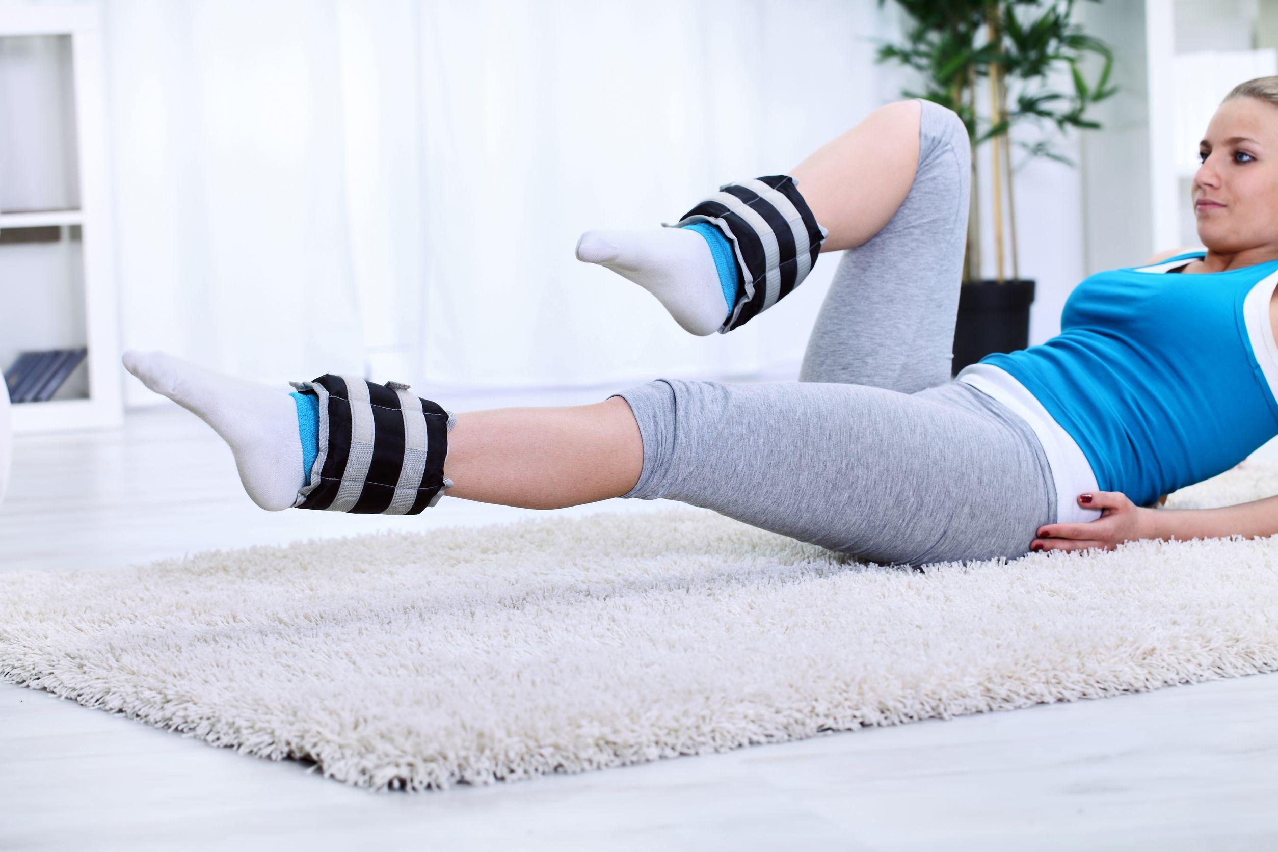 Mujer joven ejercicio con pesas piernas