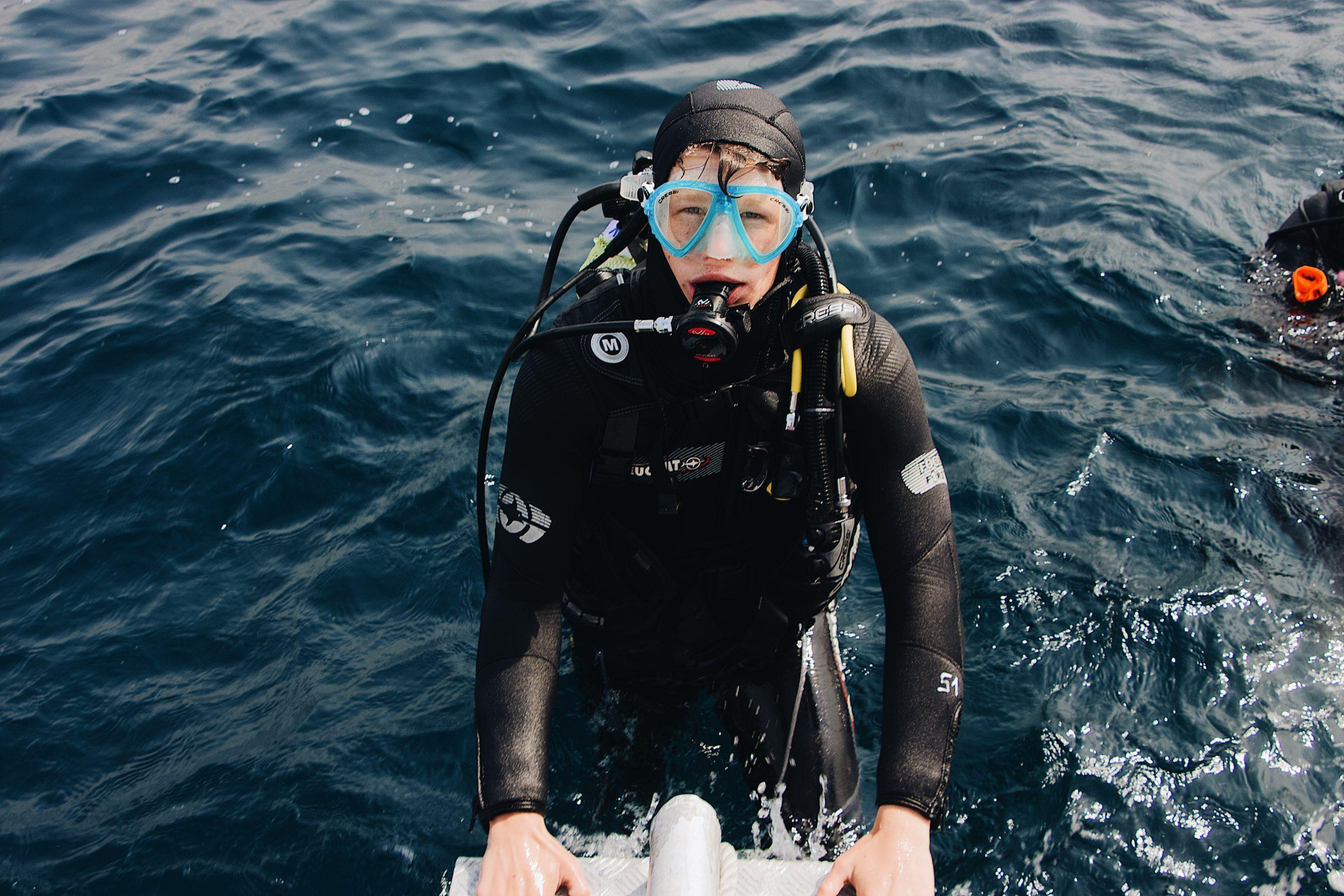 Buceador de espaldas al mar