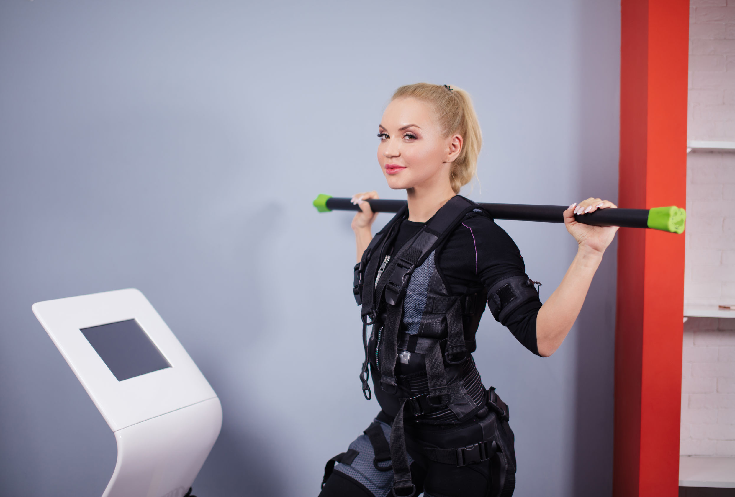 Impresionante mujer deportiva en traje de EMS