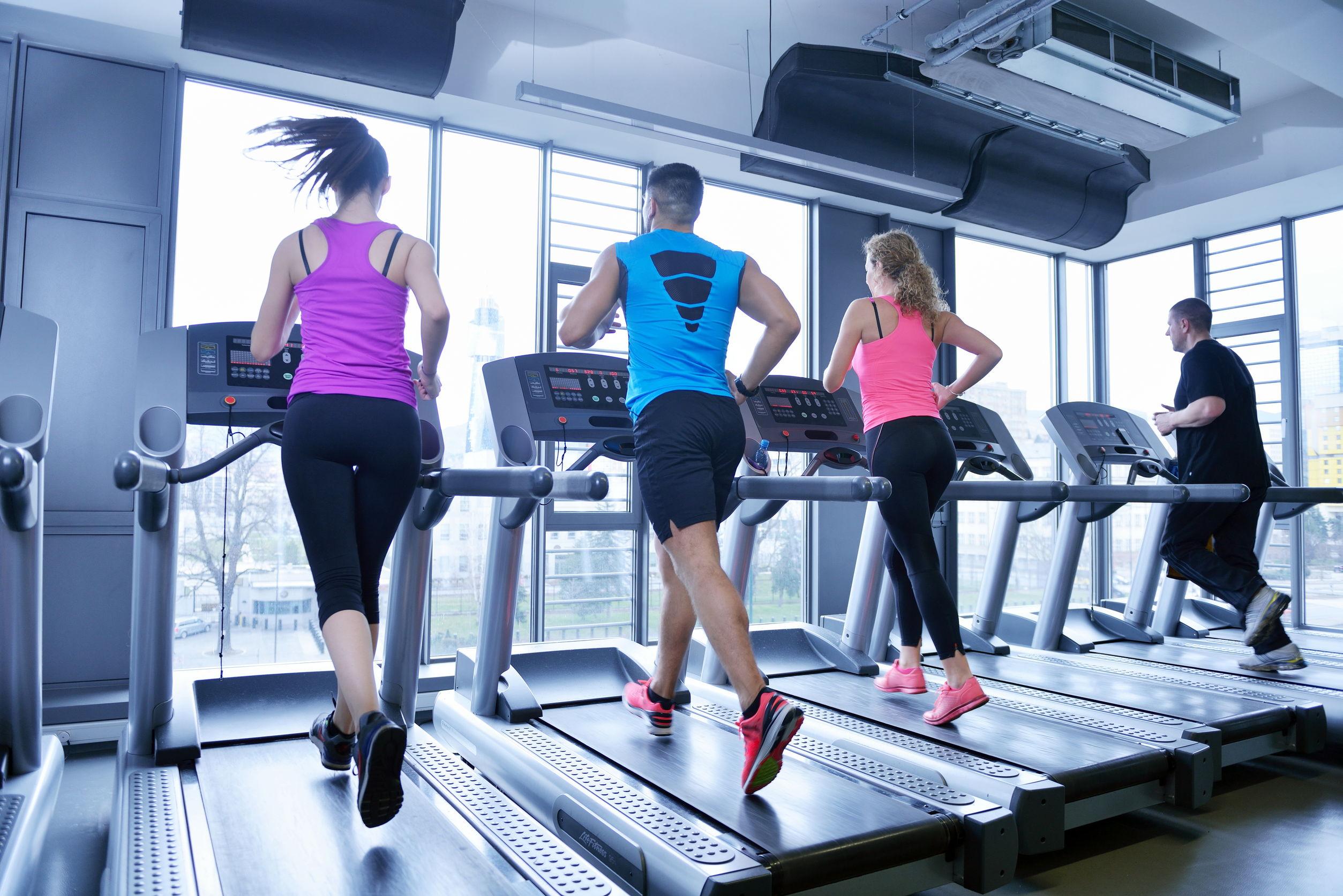Grupo de personas ejercitandose en cinta de correr