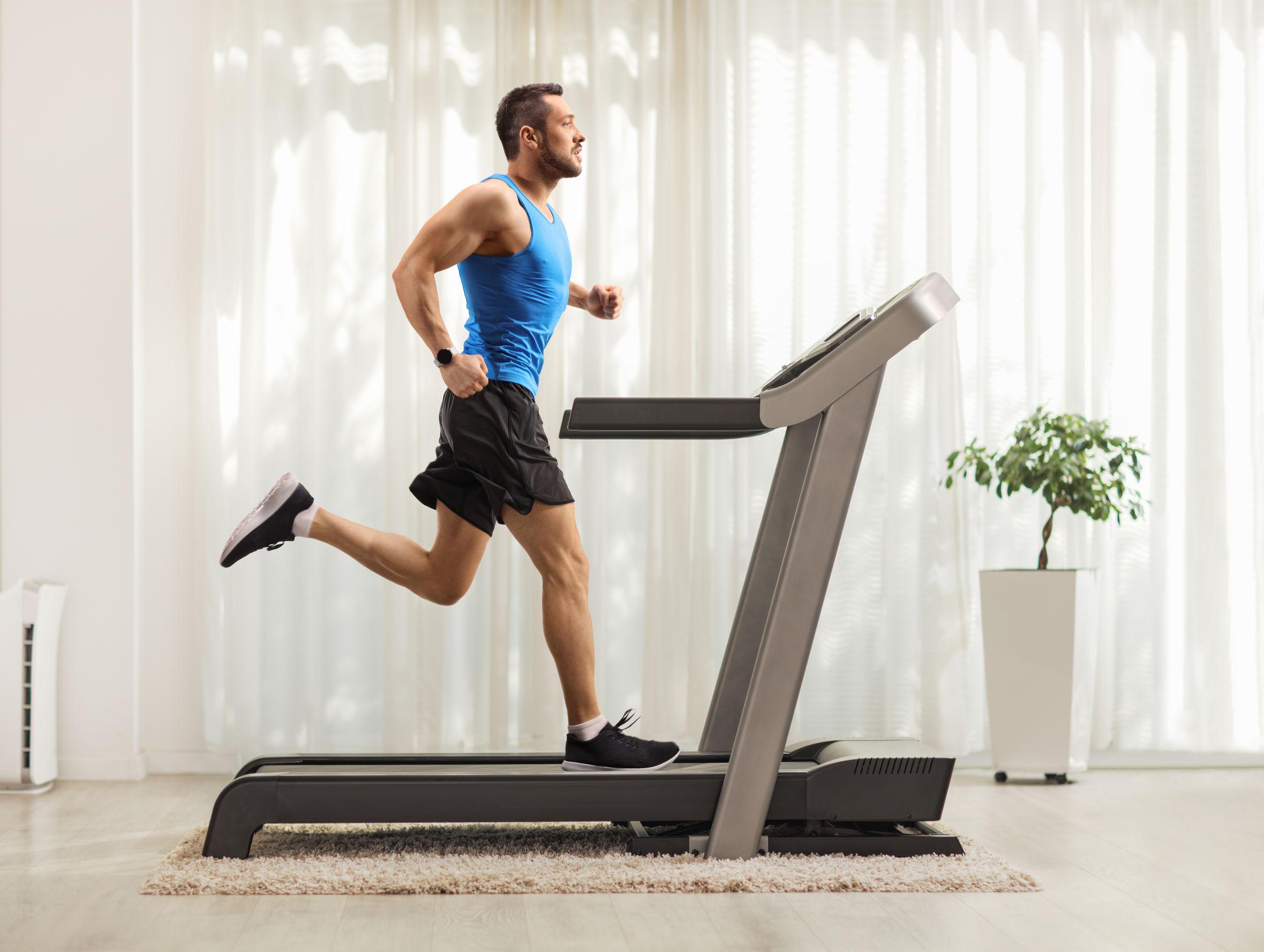 Perfil de joven corriendo en cinata de correr