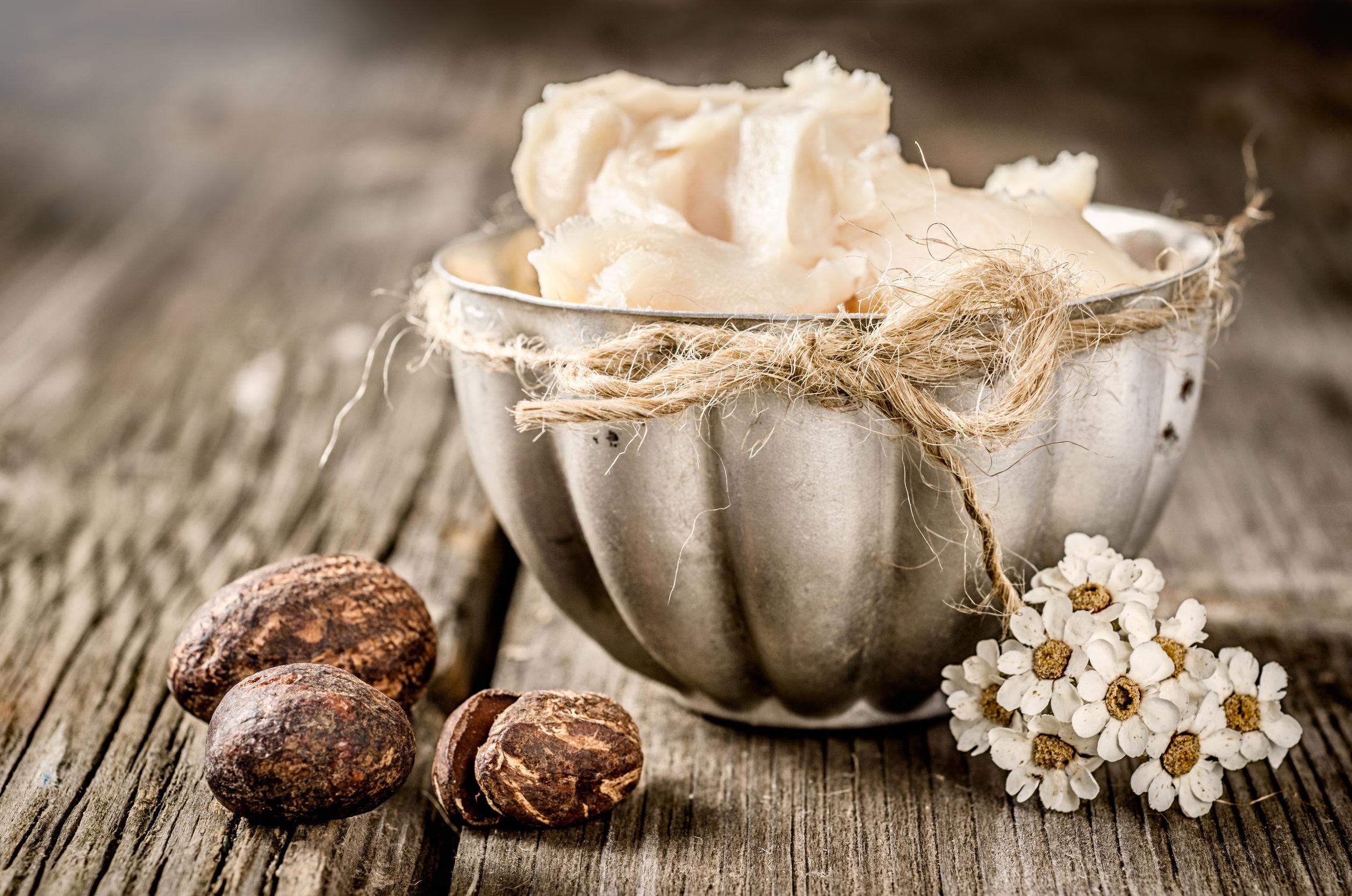 Mantequilla de karité y nueces en una mader