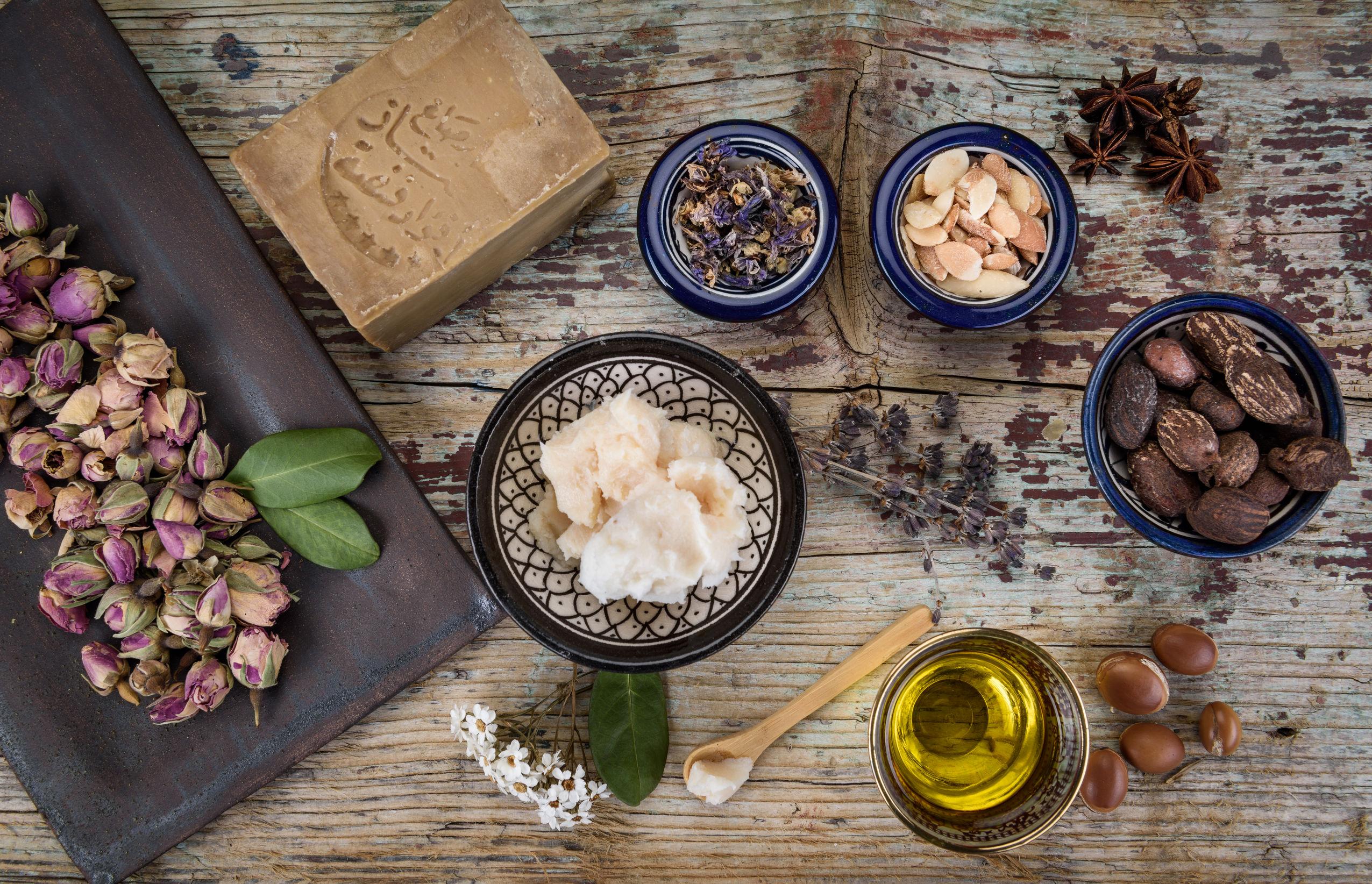 Mezcla de hierbas, flores, nueces de argán y aceite, nueces de karité y mantequilla