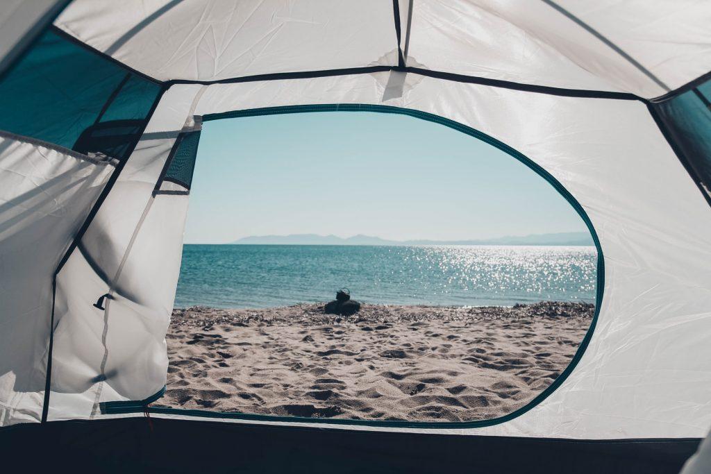 tienda de camping en playa