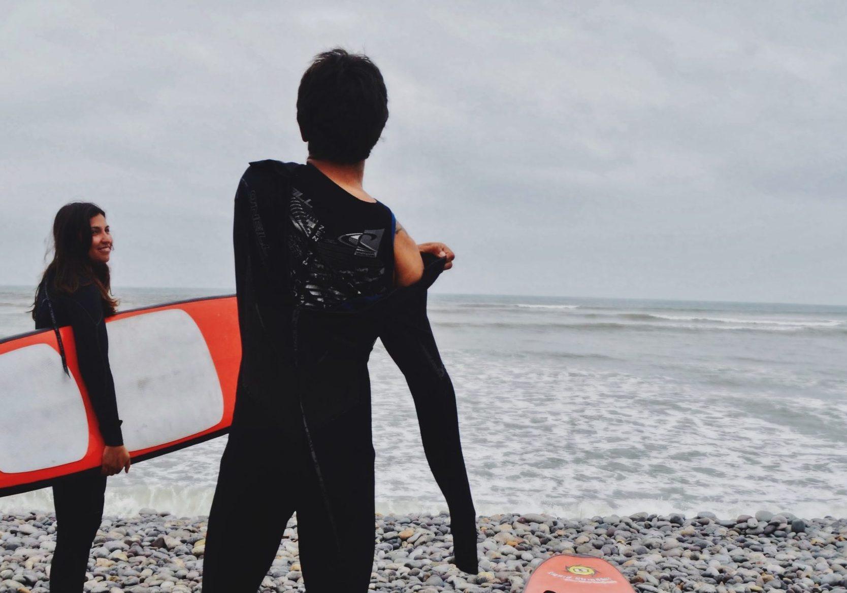 Jovenes surfitas frente a la playa