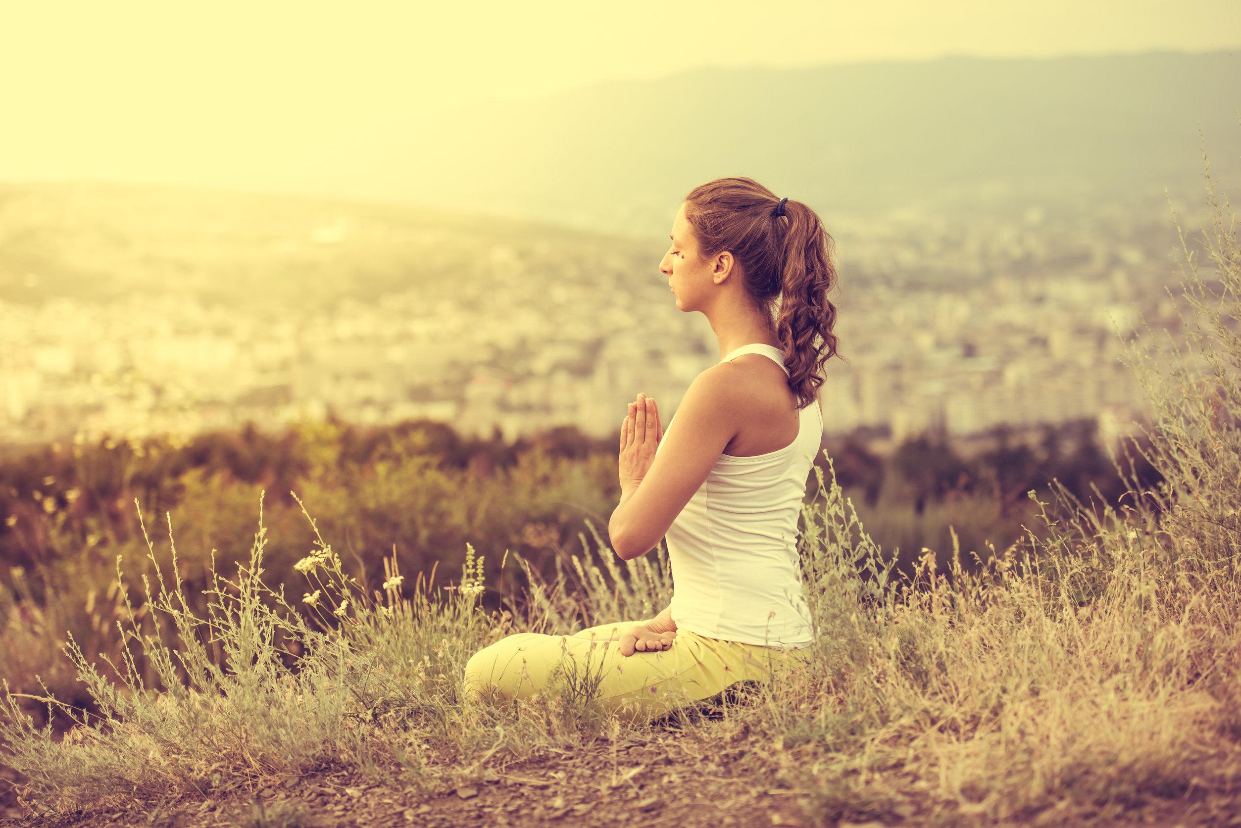 Mujer relajandose en la naturaleza