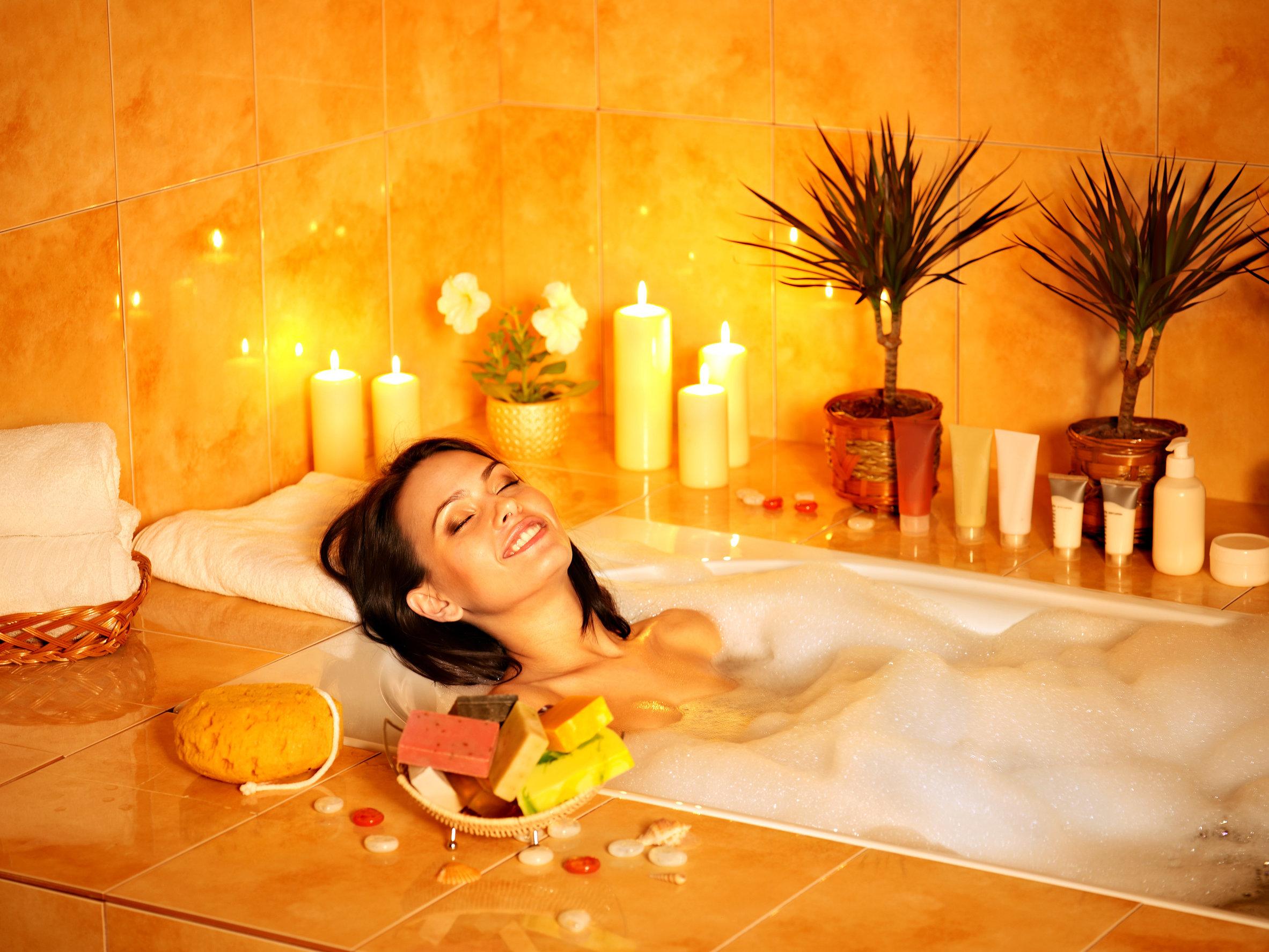 Mujer tomando un baño de agua caliente