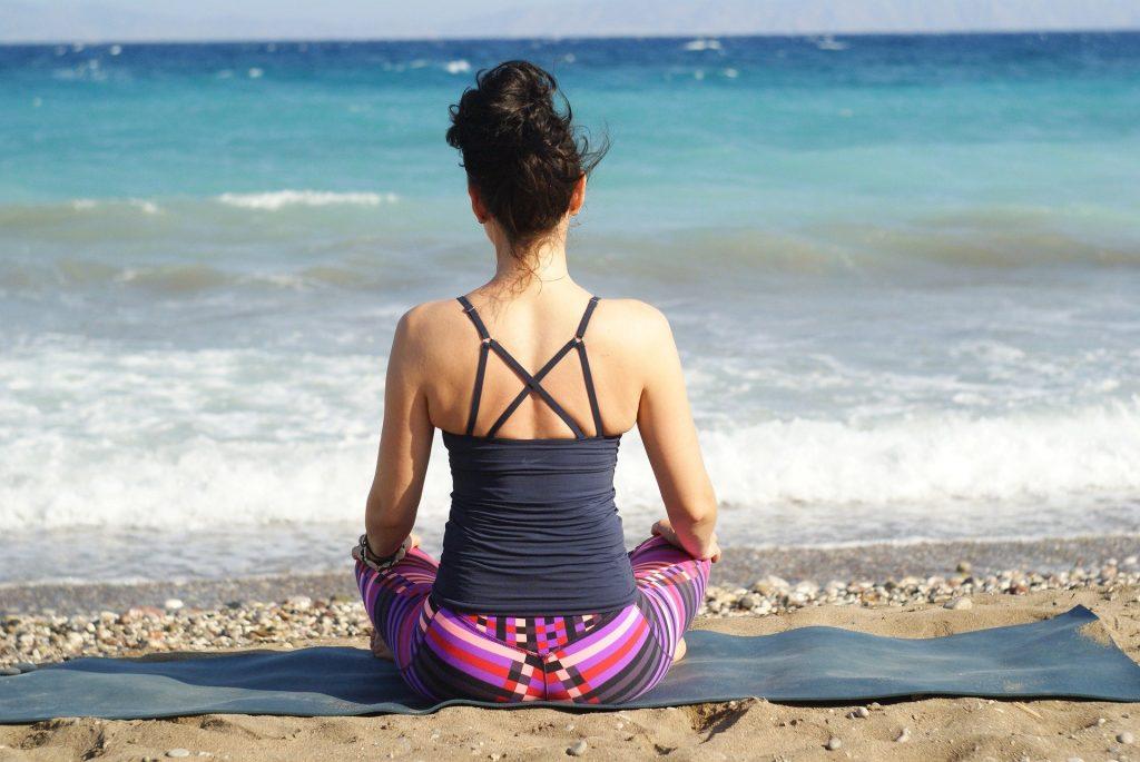 Mujer sentada frente al mar