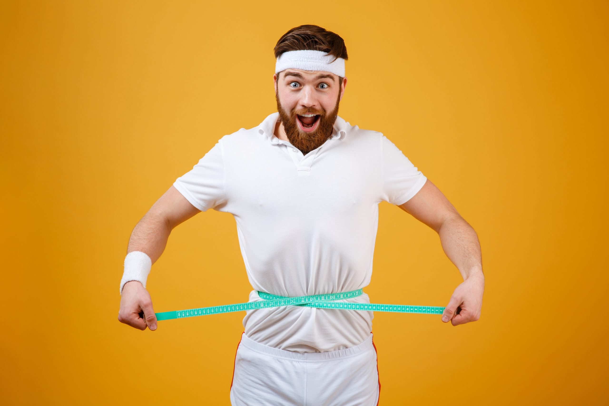 Hombre con cinta en el estómago