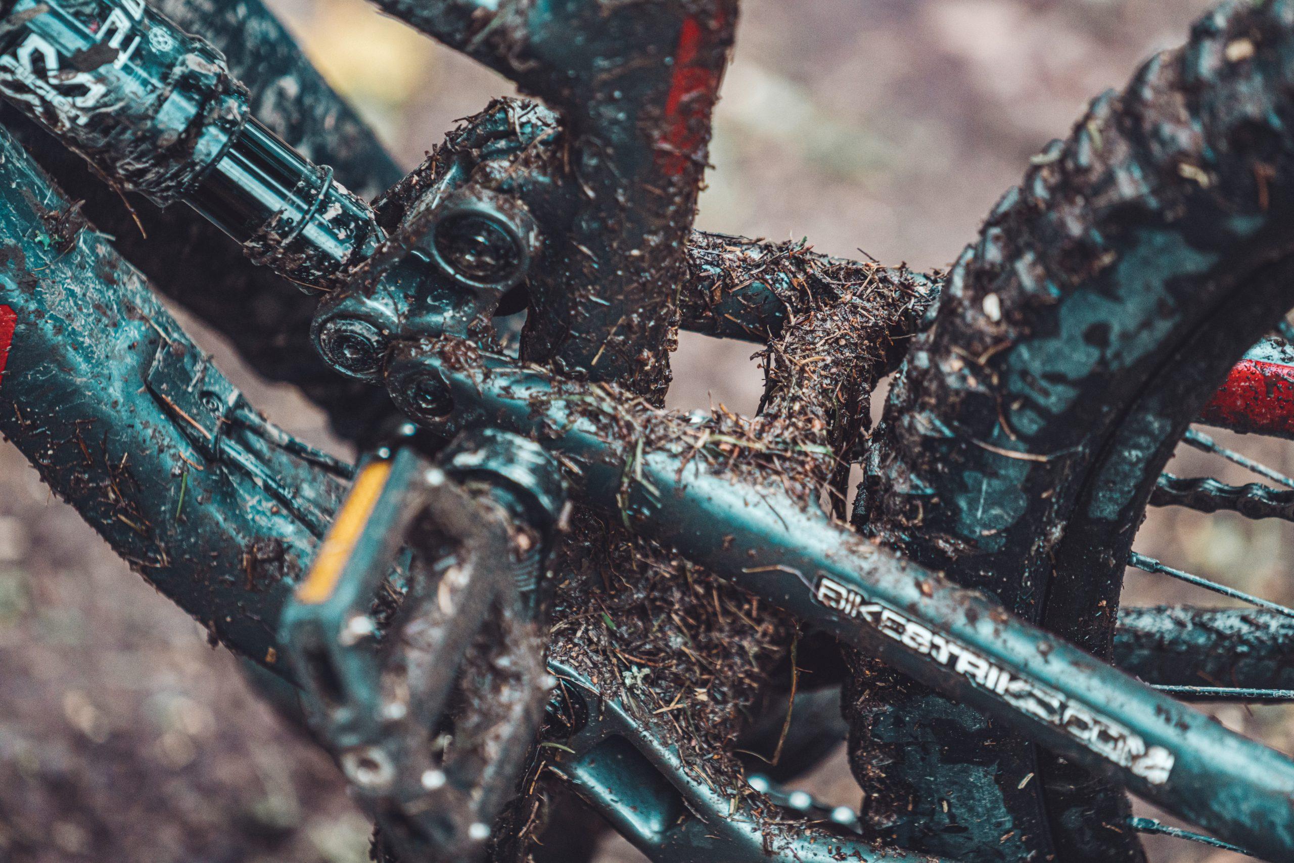 Imagen de bicicleta con lodo por todas partes
