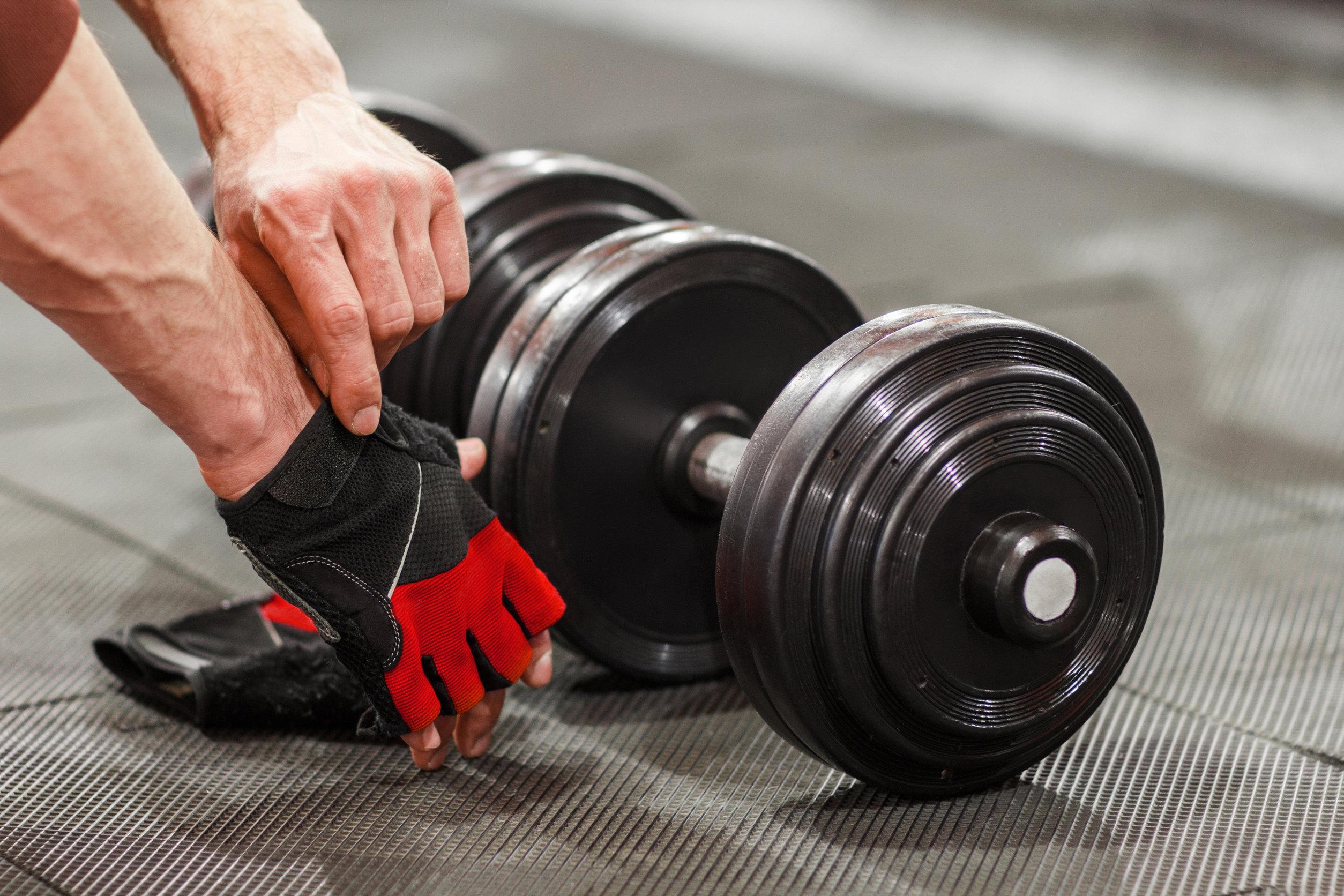 atleta masculino se prepara para levantar pesas en el gimnasio.
