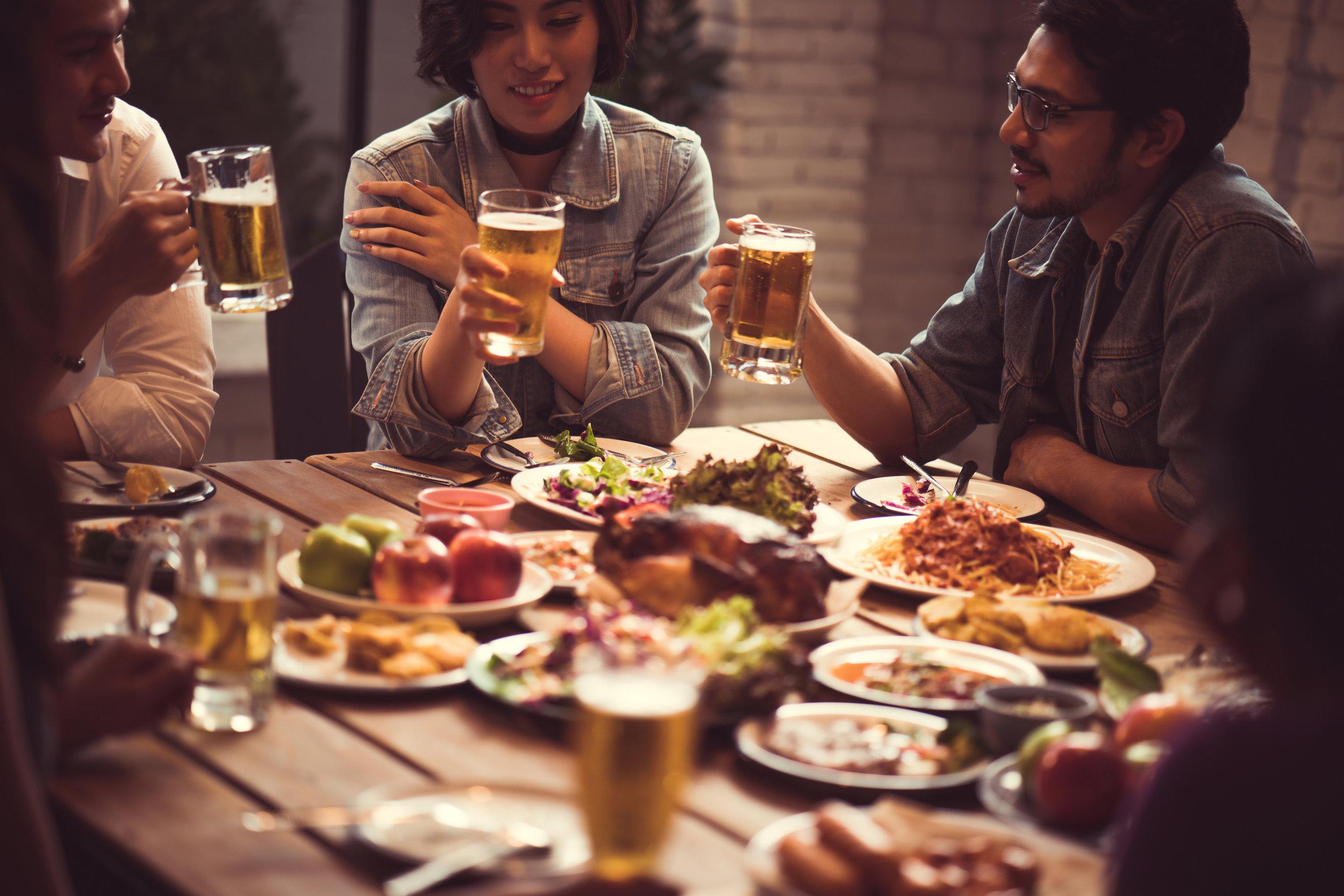 Grupo de amigos cenando