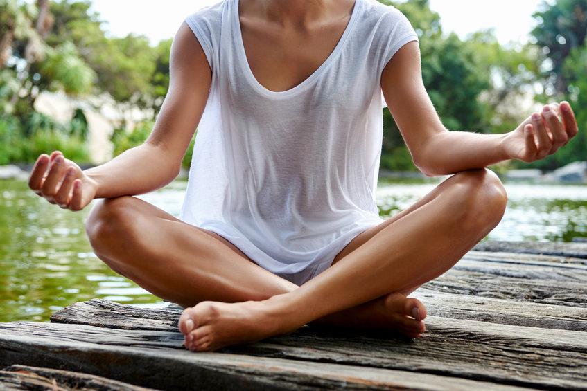 Mujer sentada en posición de yoga