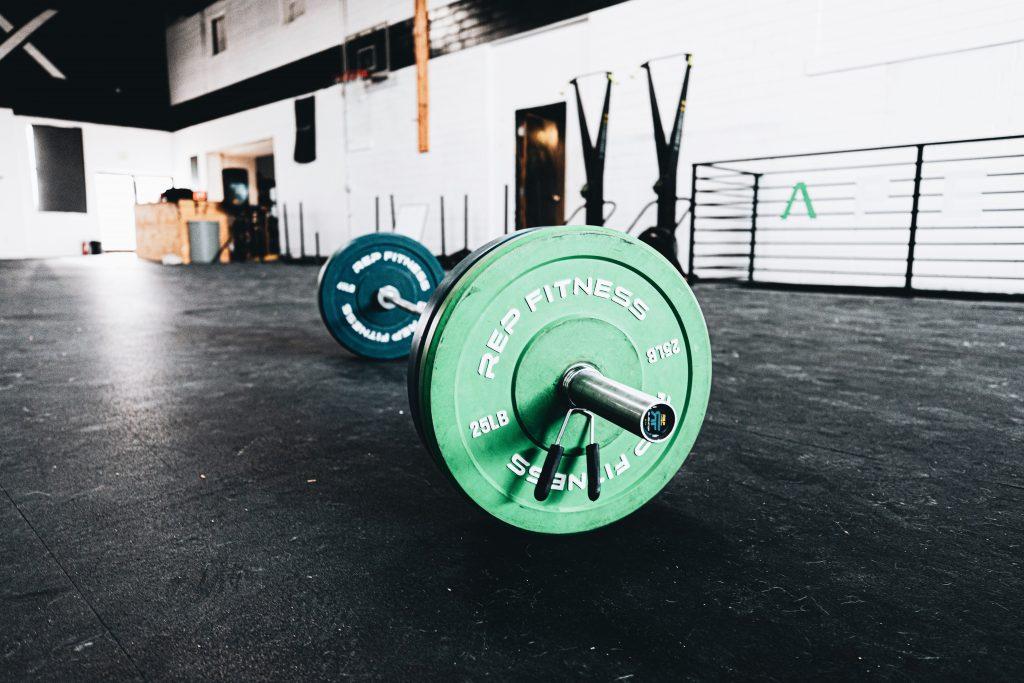 imagen de pesa en gimnasio