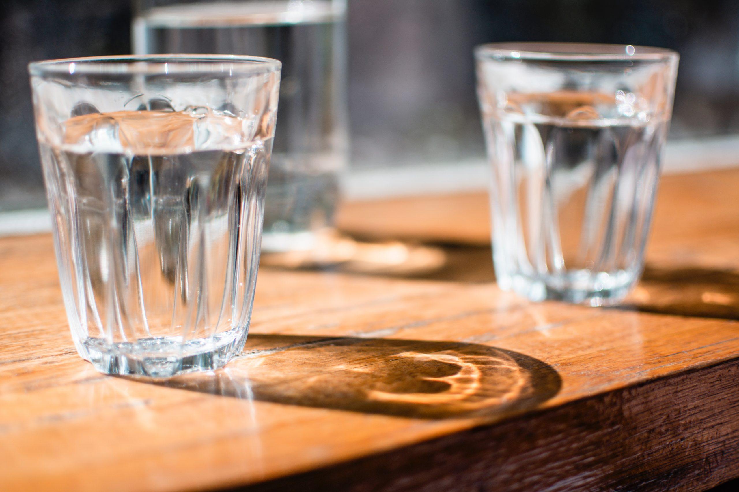 Vasos de vidrio con agua