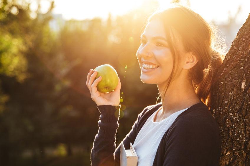 chica con fruta en mano