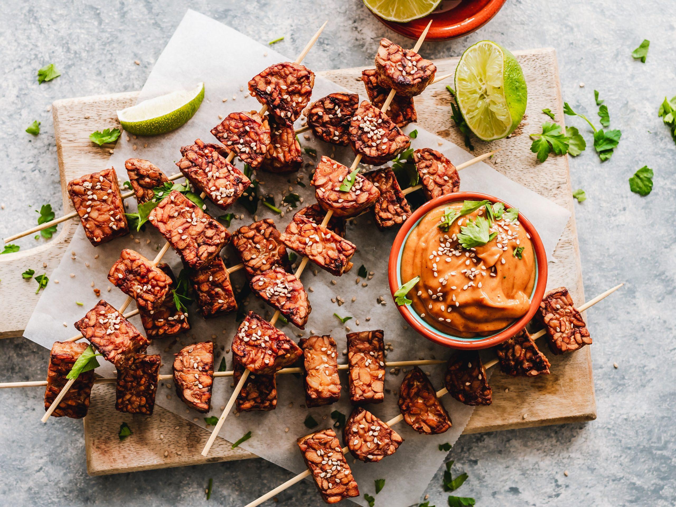 El tempeh es un alimento cargado de proteínas, ideal para la alimentación vegana.