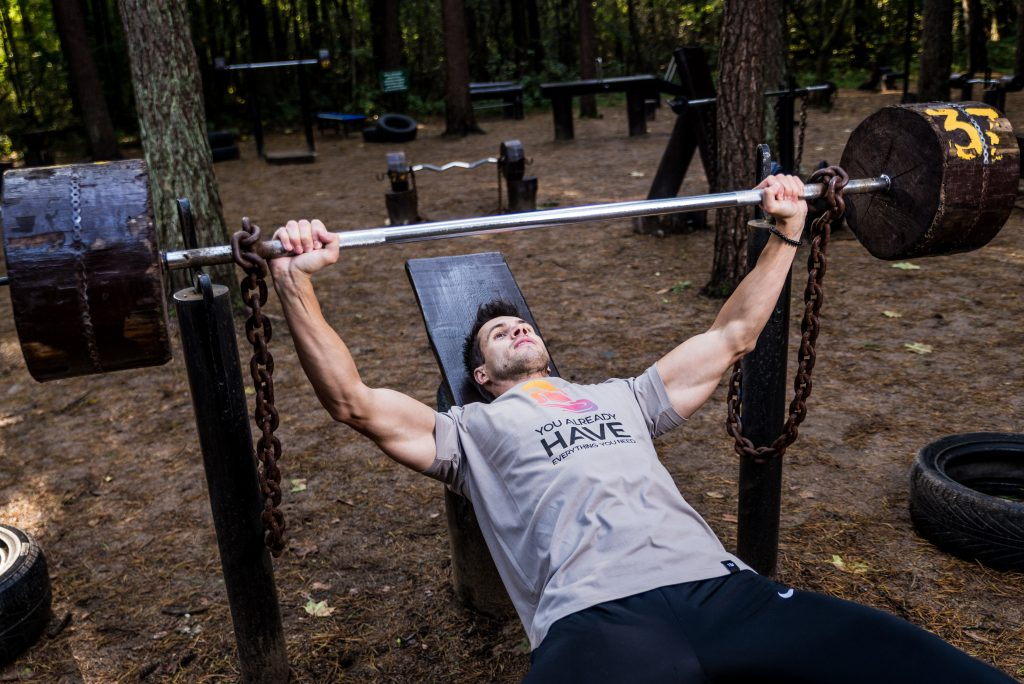 Hombre haciendo press inclinado en aire libre