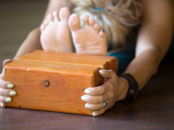 El bloque yoga es un accesorio que nos permite adaptar nuestras posturas y hacerlas accesibles cuando todavía no somos capaces de hacer la versión completa. (Fuente: Syaidi: 95622080/ 123rf)